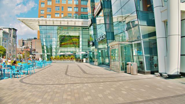 Modernes Einkaufszentrum. Bürogebäude. Street. ansehen. – Video