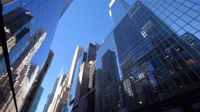 vídeos de stock, filmes e b-roll de la ws pan modernos arranha-céus de midtown manhattan / ny, eua - panning