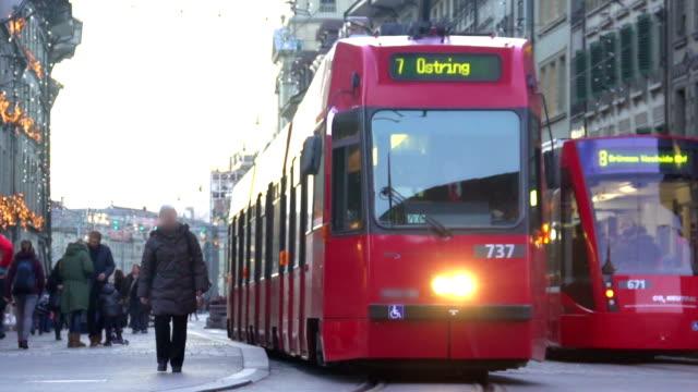 Moderne Straßenbahn Passagiere in alten europäischen Stadt, öffentliche Verkehrsmittel – Video