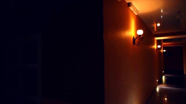 Estrutura moderna corredor do hotel luz amarela à noite de tráfego - vídeo
