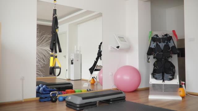 modernes studio für die ausübung - fitnessausrüstung stock-videos und b-roll-filmmaterial