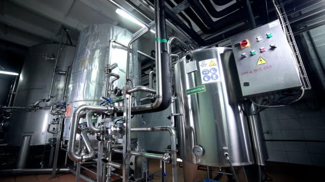 Attrezzatura industriale tecnologici moderni. Fasi, pompe, filtri, i manometri e i sensori, motori. serbatoio chimico industriale fabbrica sul - video