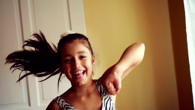 stockvideo's en b-roll-footage met moderne tiener dans - tienermeisjes