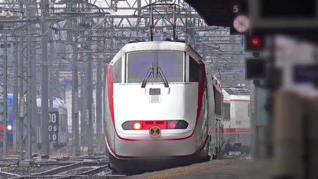 近代的な列車が駅を出発します。 - 列車点の映像素材/bロール