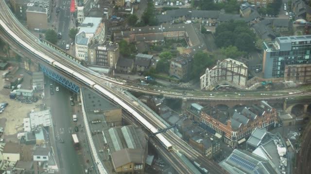 vídeos de stock, filmes e b-roll de trem moderno está viajando lentamente por via férrea na ponte. - largo descrição geral
