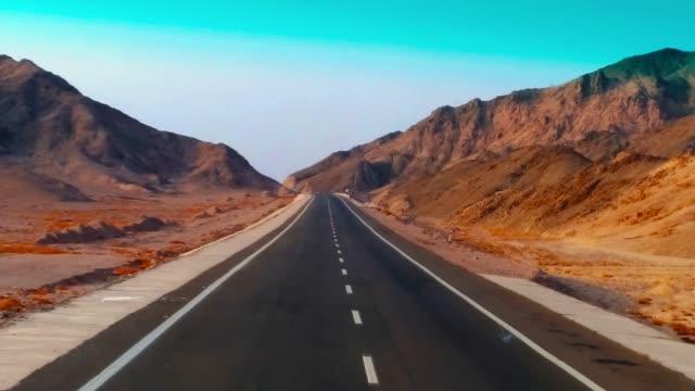 vídeos y material grabado en eventos de stock de moderna autopista desierta de dos carriles. carretera, piedras y arena - largo longitud