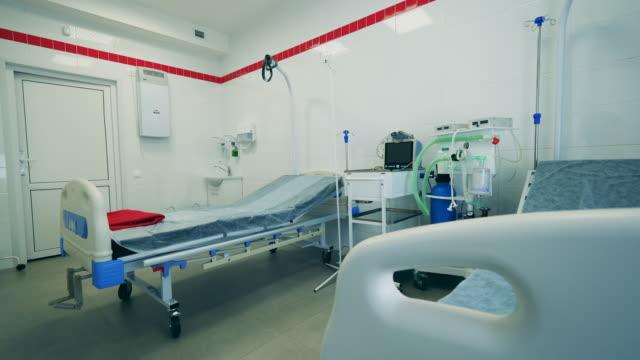stockvideo's en b-roll-footage met moderne afdeling met ventilatoren in een kliniek. - ventilator bed