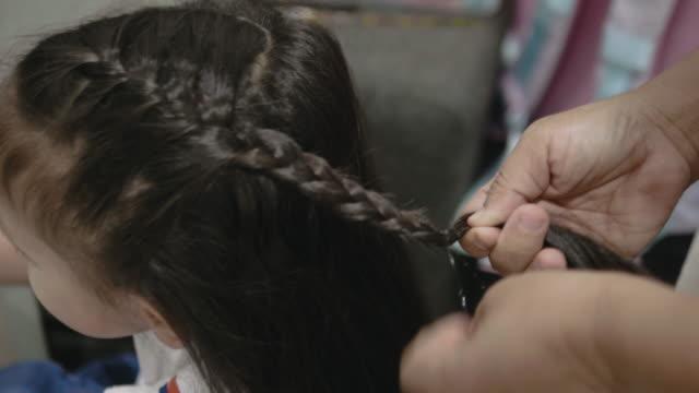 stockvideo's en b-roll-footage met mohter maakt haar voor haar dochter, - paardenstaart haar naar achteren