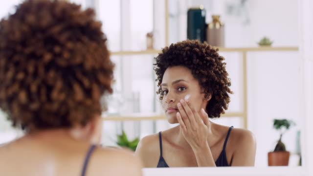 vídeos de stock, filmes e b-roll de moisturise, sua pele vai agradecer por isso - skincare