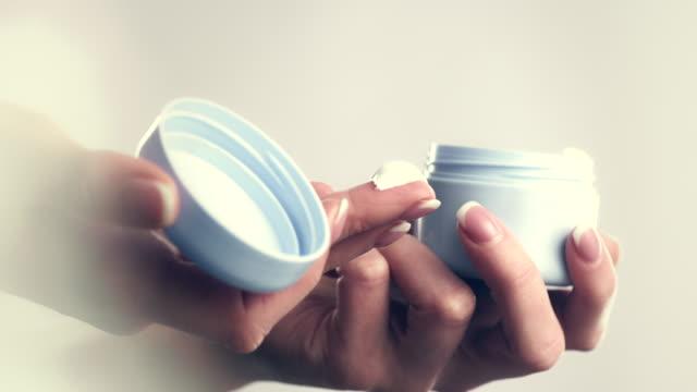 vídeos de stock, filmes e b-roll de hidratante - skincare