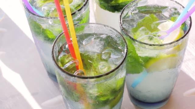 cocktail mojito con ghiaccio - rum superalcolico video stock e b–roll