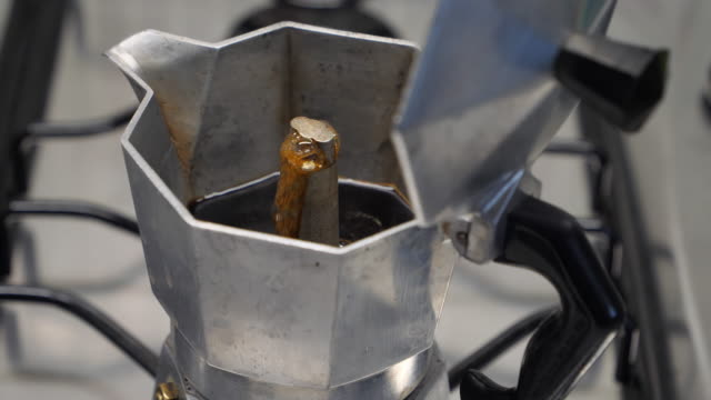 moka with coffee - espresso filmów i materiałów b-roll