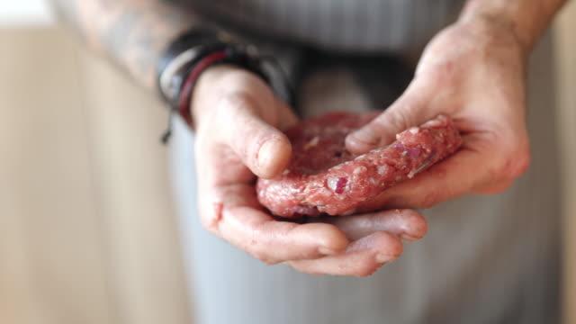vídeos de stock, filmes e b-roll de moldagem por carne de hambúrgueres - cru