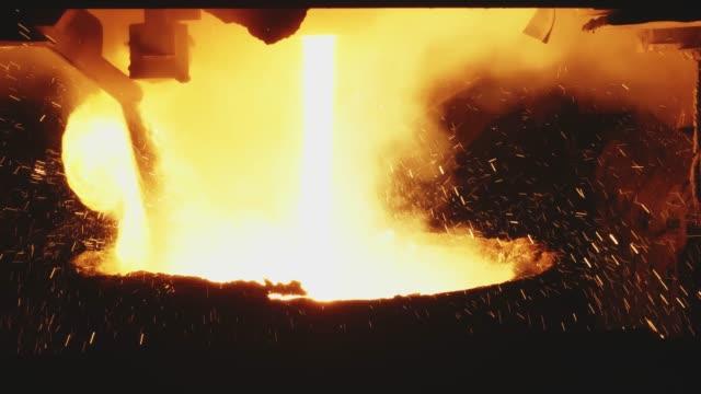 熔融金屬澆注,冶金,鑄鋼鑄造鑄造廠。熱金屬高爐。鋼鐵工業工廠內部。工作場所金屬鑄造冶金。鋼鐵製造。特寫 - 鋼鐵 個影片檔及 b 捲影像