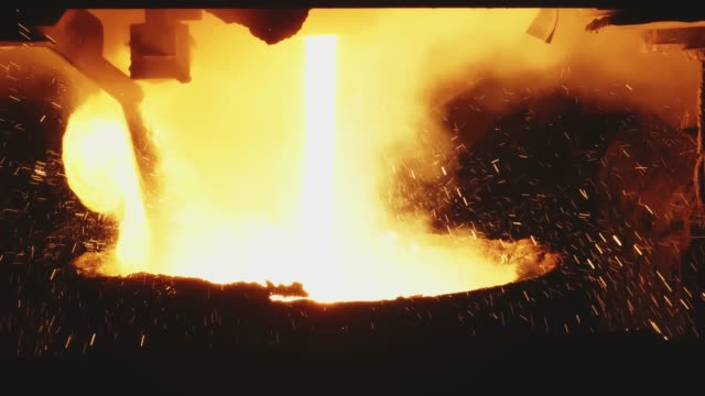 vídeos de stock e filmes b-roll de molten metal pouring, metallurgy, steel casting foundry. hot metal blast furnace. steel industry factory interior. workplace metal foundry metallurgy. steel manufacturing. close up. - aço