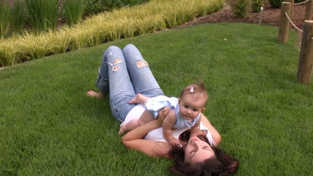 мама и ребенок - аксессуар для волос стоковые видео и кадры b-roll