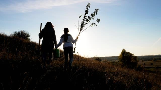 ママと娘がいる木を植えるつもり - ガーデニング点の映像素材/bロール