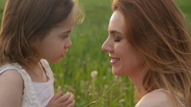 maman et fille dans le domaine vert profiter de la nature - Vidéo