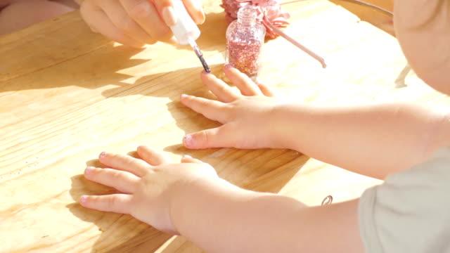 mamma och dotter målning naglar - dansk kultur bildbanksvideor och videomaterial från bakom kulisserna
