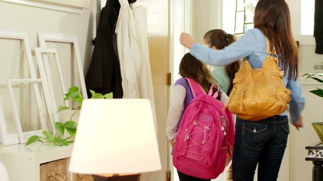 Madre e hijas salir de casa - vídeo