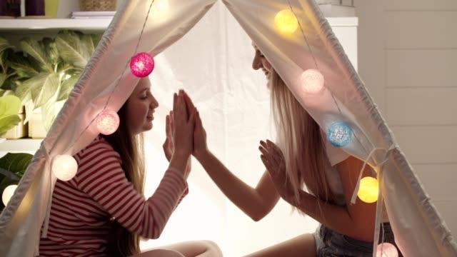 Maman et sa fille jouant ensemble dans la tente à la maison - Vidéo