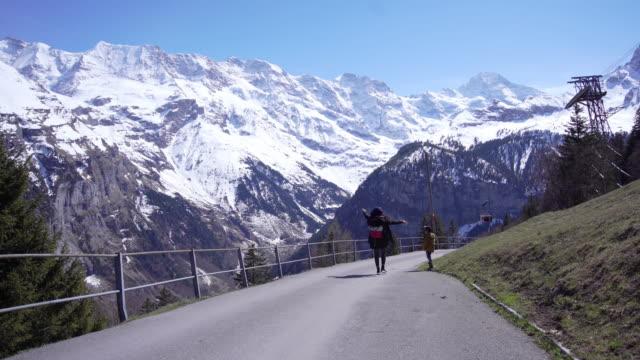 stockvideo's en b-roll-footage met mama en zoon reizen op zermatt village, zwitserland. - zermatt