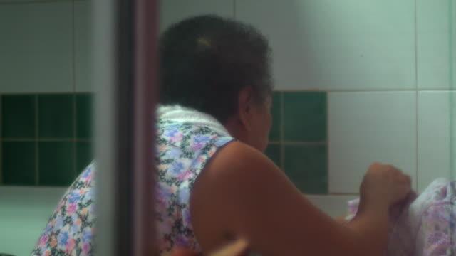 stockvideo's en b-roll-footage met mom cooking - oil kitchen