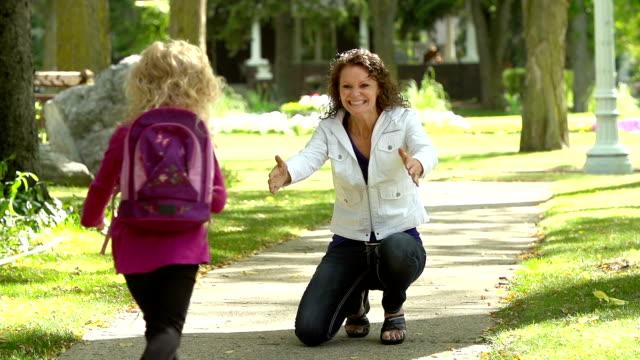 Mère fille qui accueille la maison de l'école - Vidéo