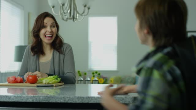 mamma i trettioårsåldern hälsar son - enföräldersfamilj bildbanksvideor och videomaterial från bakom kulisserna