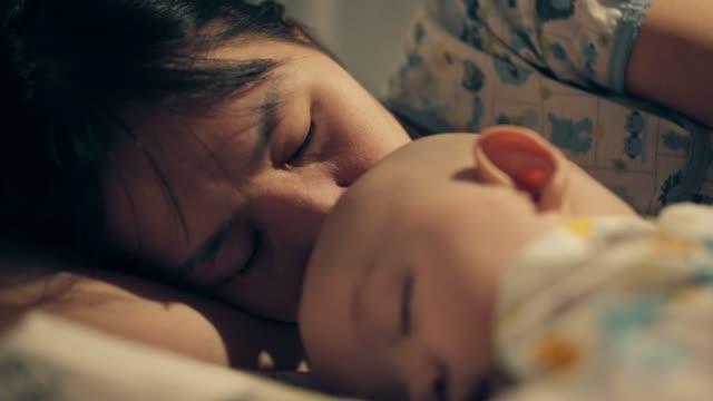 anne kanser muzdarip oğlunu öpme - rahim boynu stok videoları ve detay görüntü çekimi