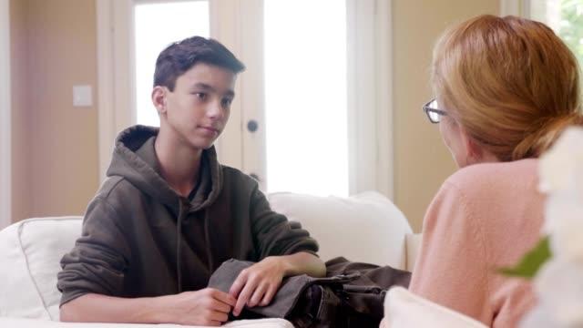 mamma föreläser tonåriga son - parent talking to child bildbanksvideor och videomaterial från bakom kulisserna