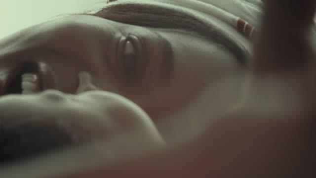 vídeos de stock e filmes b-roll de mom plays with newborn baby. - alegria