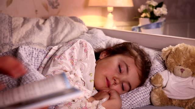 mamma att sätta hennes lilla dotter sova - cosy pillows mother child bildbanksvideor och videomaterial från bakom kulisserna
