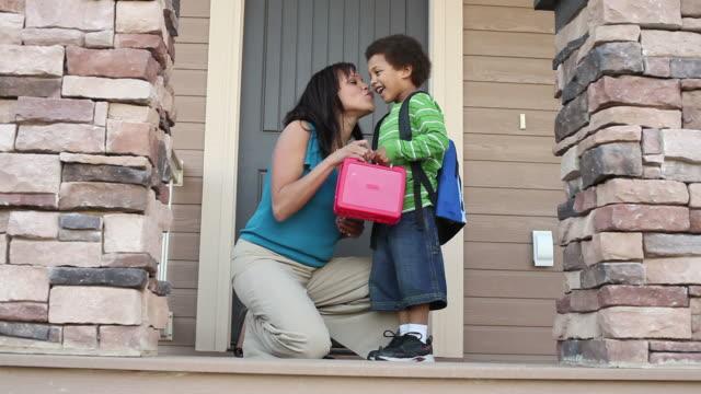 Mère envoie fils à l'école - Vidéo