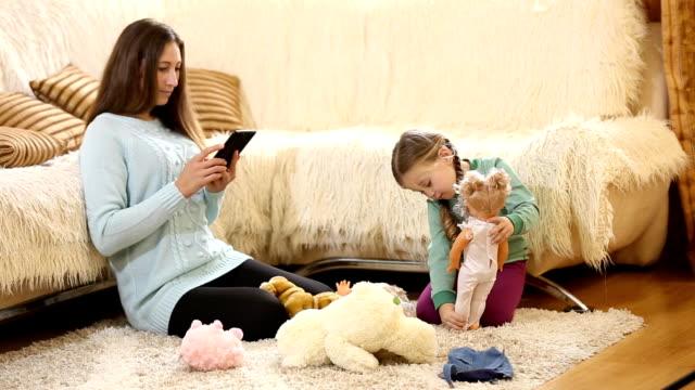 モメンタリ、子供と遊ぶ人形 ビデオ