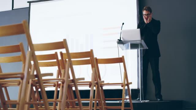 vídeos de stock, filmes e b-roll de momentos antes de ele faz seu discurso - discurso