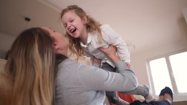 mommy i love you! - fare il solletico video stock e b–roll