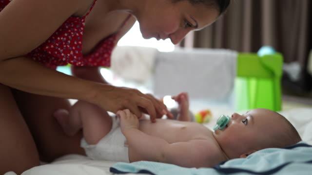 stockvideo's en b-roll-footage met mama kietelen schattige baby jongen - video's van baby