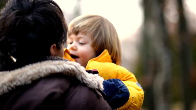 ママの少年 - 母の日点の映像素材/bロール
