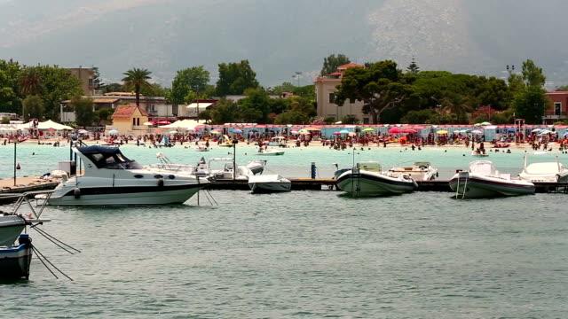 spiaggia di mondello - palermo città video stock e b–roll