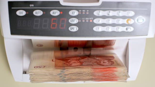 ld geld zähler fünfzig pfund sterling rechnungen - pfand stock-videos und b-roll-filmmaterial