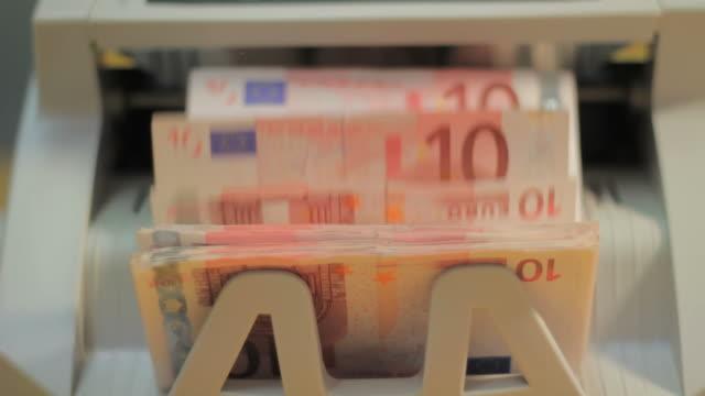 macchina contasoldi - valuta dell'unione europea video stock e b–roll