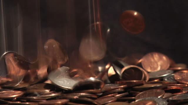 деньги падающие 1 - монета стоковые видео и кадры b-roll