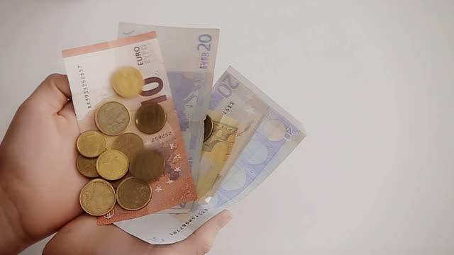 pengar som faller i händerna, närbild - lön bildbanksvideor och videomaterial från bakom kulisserna