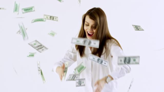 geld regnen auf tanzende frau - lotto stock-videos und b-roll-filmmaterial
