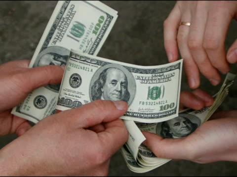 vídeos de stock e filmes b-roll de dinheiro. - acessório financeiro