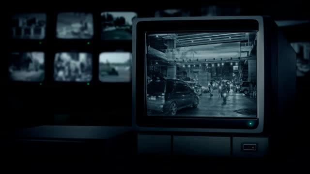 vídeos de stock e filmes b-roll de cctv monitor showing road city center - tv e familia e ecrã