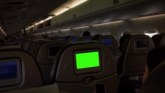 монитор с зеленым экраном на пассажирском сиденье самолета. увеличьте масштаб. - искусство культура и развлечения стоковые видео и кадры b-roll