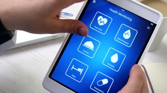 vidéos et rushes de surveillance de la pression artérielle sur la santé des app sur la tablette numérique - equipement médical