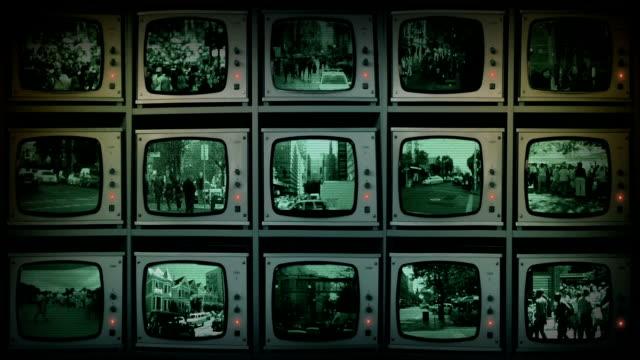 vídeos de stock e filmes b-roll de o sistema de videovigilância de circuito fechado monitoriza a ver cidade & pessoas - tv e familia e ecrã